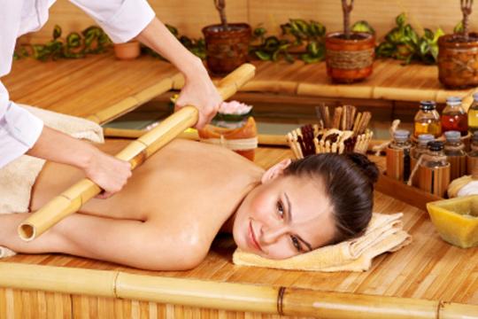 Mejora el sistema linfático y reduce la celulitis con un masaje con maderoterapia en zona a elegir: cintura, cadera o torso