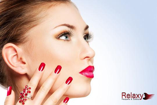 ¡Date un capricho! Sesión de belleza con limpieza facial + tratamiento antiojeras  exfoliación + hidratación + masaje + manicura en camilla en Relaxy