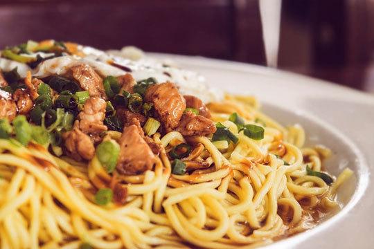 Menú oriental con aperitivo, 4 platos, postre, pan chino y bebida (Zarautz)