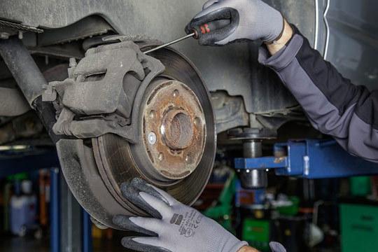 En talleres Master Car pondrán a punto tu coche para una conducción segura ¡Cambio e instalación de pastillas y discos de freno + revisión pre-ITV!