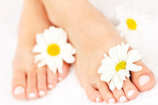 Acércate al centro de belleza Mar para una sesión de pedicura con esmaltado permanente efecto gel ¡Y deja que se vean tus pies!