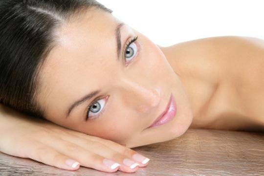 Disfruta de una sesion de belleza completa que incluye diseño de cejas, depilacion del labio superior y un relajante masaje de manos