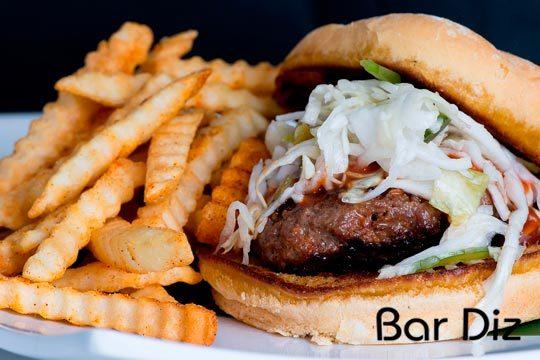 Disfruta de un rico menú de hamburguesa con patatas y refresco en el bar Diz de Gros ¡Para dos personas!