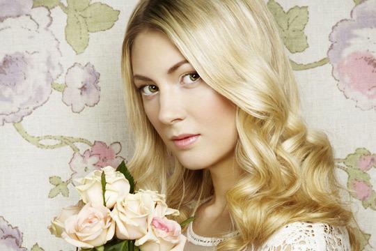 Recupera el brillo y vitalidad de tu pelo con un tratamiento completo de peluquería con hidratación a base de colágeno + corte + peinado + masaje craneal