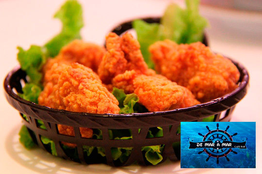 Disfruta de unas suculentas alitas de pollo con patatas bravas o alioli y 2 cañas de cerveza en De Mar a Mar ¡Un menú delicioso!