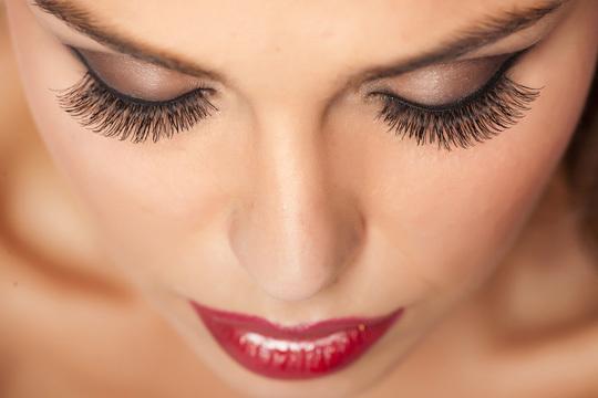 Realza la sensualidad de tu mirada con tinte y permanente de pestañas + diseño de cejas ¡1 o 2 sesiones para ti o para compartir!