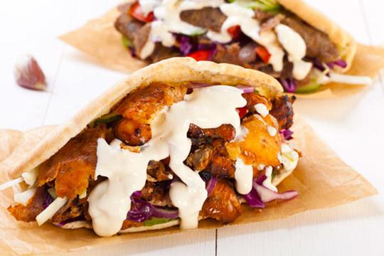 Disfruta de un menú para 2 personas con 2 kebab o durums, patatas y bebida ¡Para comer en local o recoger!