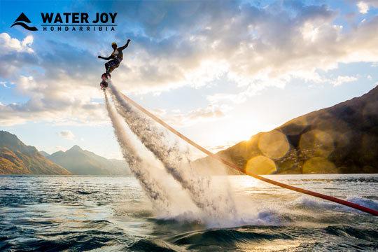 ¡Apúntate al deporte de moda! Sesión de Flyboard con la que experimentarás la emoción de sobrevolar las olas y deslizarte bajo el agua como un delfín