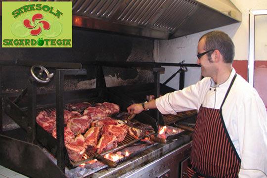 Menú tradicional de sidrería en Sarasola Sagardotegia por solo 22,9€ ¡Chorizo, tortilla de bacalao, txuleta, bacalao con pimientos... y mucha sidra al Txotx!