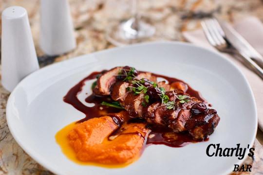 Degusta los mejores platos del Bar Charly's de Jaca con este exquisito menú degustación con carne y pescado