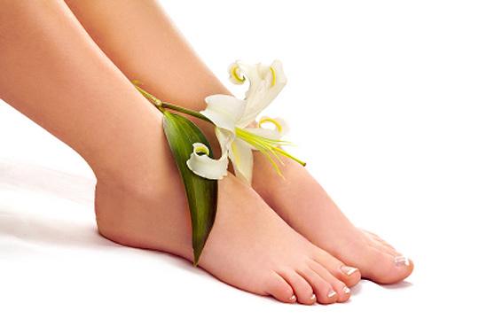 Cuida tus pies con una completa sesión de pedicura en Enigma con masaje y esmaltado permanente ¡puedes añadir una manicura!