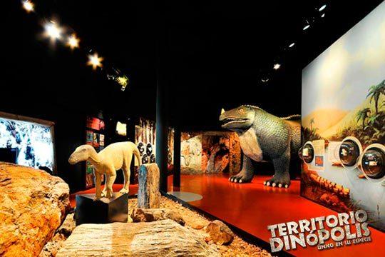 Descubre en familia el maravilloso mundo de los dinosaurios con una entrada a Dinópolis, en Teruel