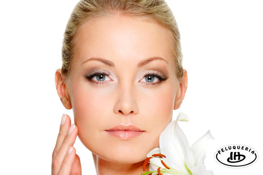 Renueva tu piel con un tratamiento facial con jabón negro detox y un arreglo de cejas ¡Opción a limpieza profunda con extracción y mesoterapia!