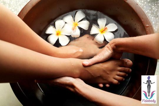 Disfruta de un fantástico baño en pediluvio con burbujas, esencia de flores y flores en el agua y una magnífica pedicura ¡Mima tus pies!