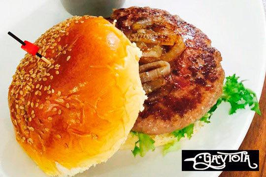 Menú con hamburguesa a elegir + ración de patatas + bebida para llevar o comer en el local ¡Disfruta del auténtico sabor de las burguers caseras de La Gaviota!