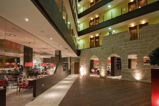 Noche con desayuno y acceso a spa en Logroño y visita a bodegas D.O. Rioja con botella de vino D.O. Rioja