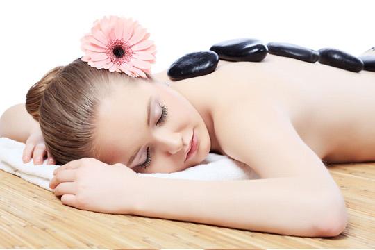 Masaje relajante con piedras calientes individual o en pareja en Brenda Terroba ¡Sorprende a tu pareja con una sesión relajante!