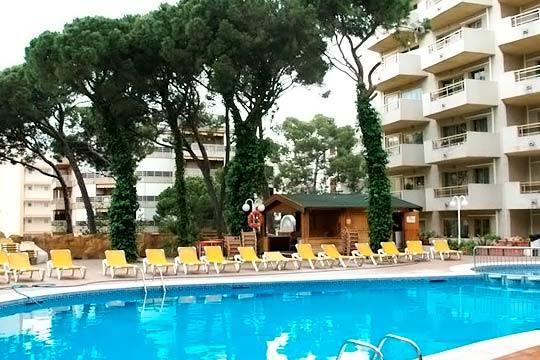 Julio en Salou: 7 noches en aparthotel Almonsa Playa para 2 adultos + 1 niño en pensión completa ¡Vacaciones en familia!