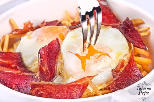Disfruta de un irresistible menú con sartenada, postre y bebida en la Taberna Pepe de Somo ¡Lo podrás acompañar de gulas, chorizo, jamón o morcilla!