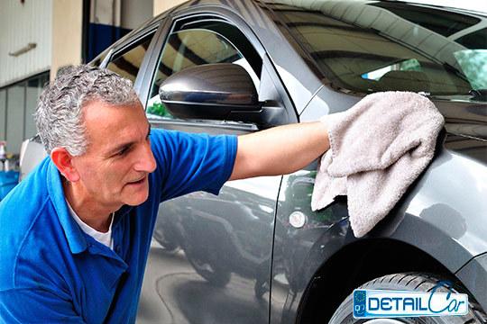 Limpieza completa de coche con opción a tratamientos específicos (repele lluvia, de Ozono, quita olores...), encerado, renovación de plásticos ¡Todo lo que imaginas en Detailcar!