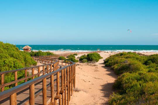 ¡Disfruta en la Costa de la Luz! Con 7 noches de alojamiento en hotel 4* en régimen de media pensión ¡Las vacaciones perfectas te esperan!