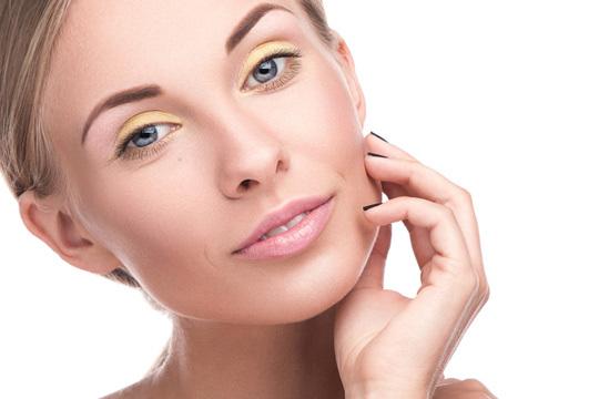 Devuelve la juventud a tu rostro con un completo tratamiento rejuvenecedor de la mirada ¡Complétalo con diseño y tinte de cejas para lucir perfecta al detalle!