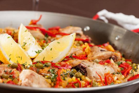 Disfruta de una exquisita paellla mixta con langostinos, pollo, pimientos... para 2 o 4 personas ¡Pásate a recogerla por Como En Casa!