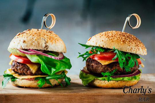 Menú de 2 hamburguesas + patatas + 2 bebidas en Bar Charly's (Jaca)