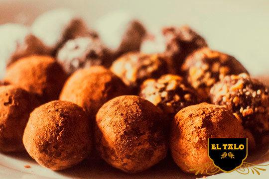 Disfruta del chocolate de calidad con las trufas de las pastelería El Talo Los Herrán ¡El postre perfecto en tu mesa!