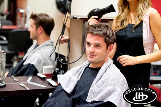Cambia de look en la peluquería Israel Hurtado ¡Lavado + masaje craneal + corte para chico!