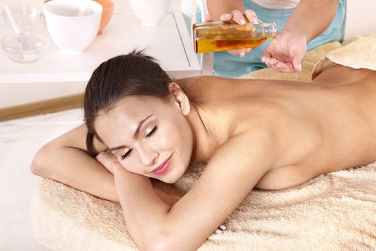 Masajes relajantes y deportivos manuales para deshacer toda la tensión del cuerpo ¡Combinados con música, incienso y aceite de almendra hidratante!