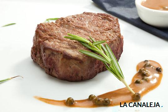 Degusta un delicioso menú con varios platos a elegir en el restaurante La Canaleja ¡Solomillo, bacalao, rapeo, carrilleras... todo buenísimo!