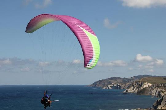 Disfruta de la costa de Bizkaia con un vuelo de 30 minutos en parapente + vídeo de la experiencia ¡Adrenalina pura!