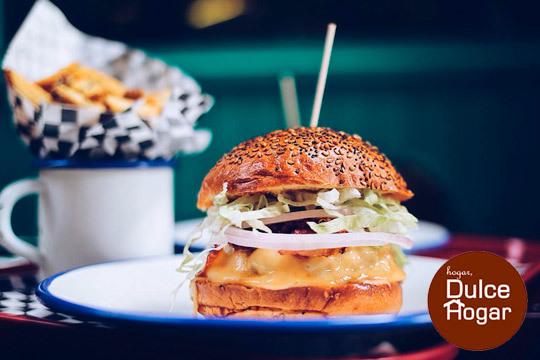 Exquisita Burger Deluxe con patatas y bebida ¡Junto a la Zurriola! (Gros)