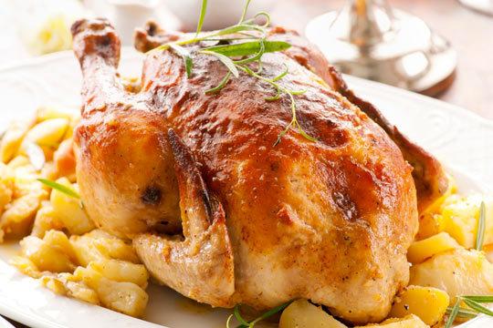 Disfruta de este suculento menú para dos con pollo, patatas, pimientos, ensalada y postre en Bar Kelly ¡Incluye bebida!
