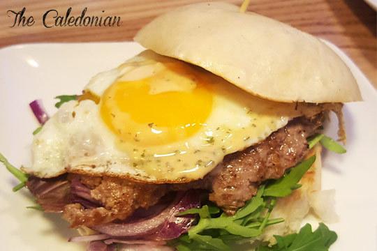¡Descubre las deliciosas hamburguesas Caledonian! El menú incluye, además, nachos, ensalada a elegir, patatas fritas, postre y bebida