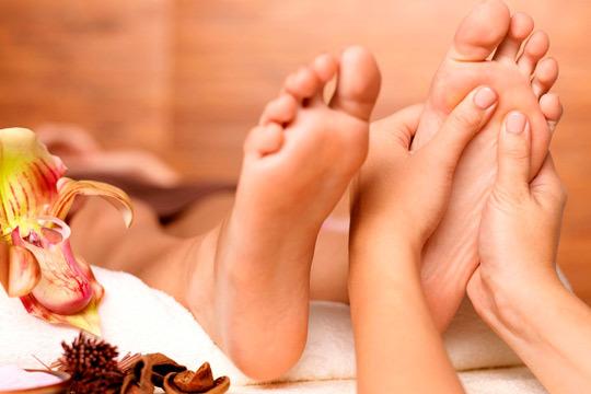 Cuídate con una sesión completa para tus pies que incluye un masaje y reflexología podal con kiniesología en el centro Fluye Bienestar & Estética