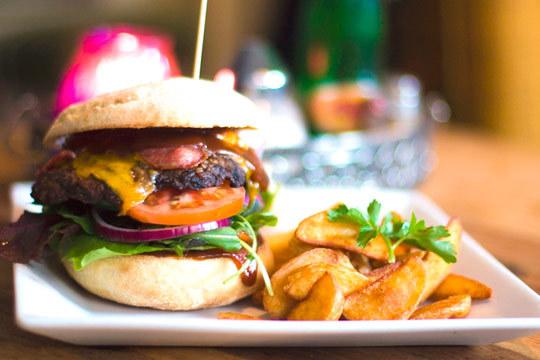 Menú de hamburguesa con entrante, postre y bebida en Black 51