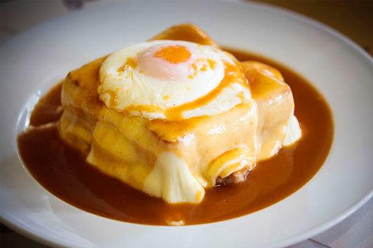 Degusta uno de los platos más típicos de Oporto en el Bar Portugués de Santander ¡Franceshina!