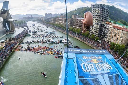 Disfruta del Red Bull Cliff Diving desde un barco con consumición y aperitivo ¡Y 4 horas de fiesta con DJ!