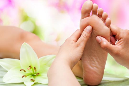 En el centro Confort Cuerpo y Mente cuidarán de tus pies con un peeling de 20 min o una sesión de reflexología podal ¡O los dos tratamientos!
