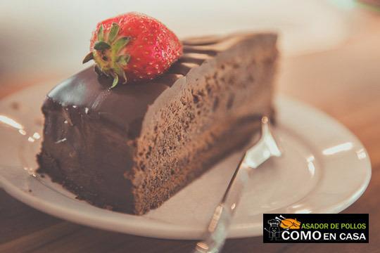 Demuestra a tu ama tu amor con una dulce tarta de corazón con bizcocho relleno de nata trufada y bañado en chocolate ¡Con felicitación incluida!
