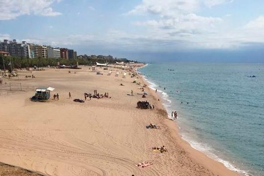 ¡Destinos de playa en Semana Santa! Calella estancia de 3 o 4 noches en media pensión o completa ¡A 250 m de la playa!