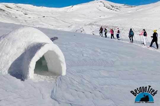 ¡Un día de nieve en Alto Campoo! Actividad de raquetas de nieve + construcción de iglús de la mano de Besayatrek