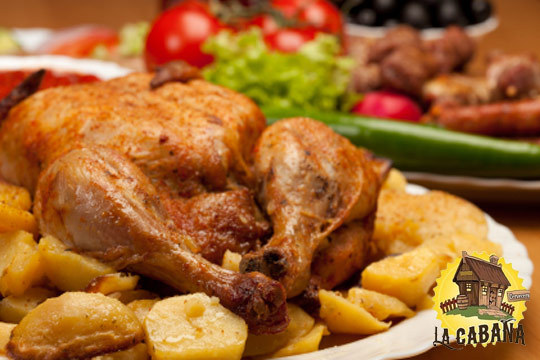 Sabroso menú con croquetas caseras de jamón, patatas fritas caseras, ensalada, pollo asado, postre y bebida ¡El plan perfecto para comer fuera de casa!