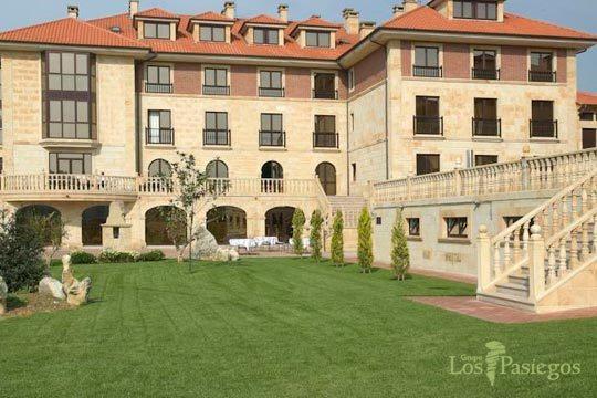 Disfruta de una escapada a tope de relax con una noche con desayuno y cena en el hotel Villa Pasiega ¡Con circuito antiestrés y acceso libre a Spa!