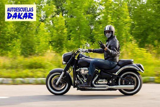 Carné de moto A2 en Autoescuelas Dakar ¡Olvídate de atascos y disfruta sobre las dos ruedas!