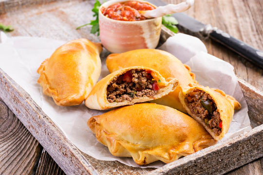 Disfruta del auténtico sabor de Venezuela con un exquisito menú para 2 personas que incluye arepas, tostones, empanadas, tequeños y bebida ¡La mejor gastronomía latina en tu mesa!