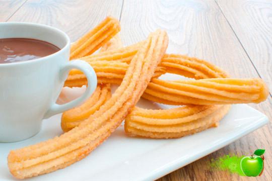 Disfruta de un desayuno o merienda de 10 con un chocolate del sabor que prefieras ¡Acompáñalo con churros o con tarta casera!