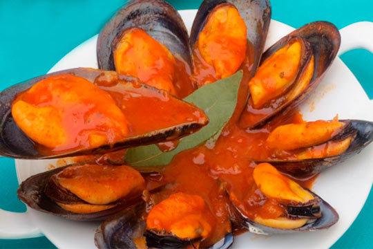 Raciones de picoteo en el Restaurante La Anjana ¡Rabas o mejillones en salsa + 2 bebidas!